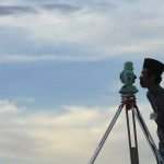 "An officer of Brunei's Islamic authority looks through a telescope as he performs ""rukyah"", the sighting of the new moon for Ramadan, over the skies of Bukit Agok outside Bandar Seri Begawan August 31, 2008. Muslims scan the sky at dusk at the end of their lunar calendar's eighth month in search of the new moon to proclaim the beginning of Ramadan. (REUTERS/Ahim Rani) #"
