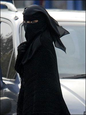 niqabi-woman-in-the-street