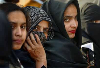 94_Indian-Muslim-women-wait