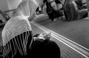 muslim woman saying dua in masjid 300x196 %photo