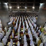 Indonesians pray at mosque in Ramadan